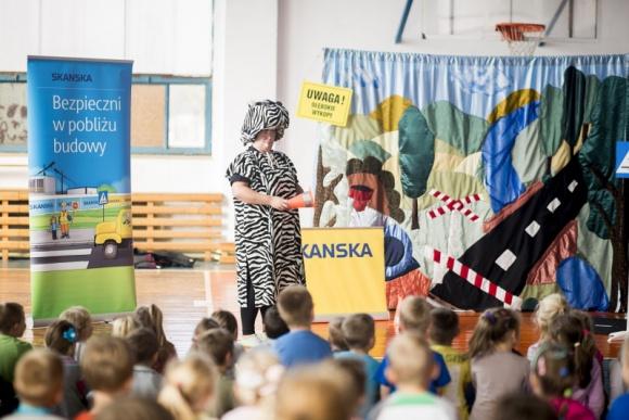 """Dzieci będą uczyć się zasad bezpieczeństwa w domu Dziecko, LIFESTYLE - Premierowe spektakle pod hasłem """"Bezpieczni w domu i mieszkaniu"""" odbyły się w środę, 18 maja w wybranych szkołach podstawowych w Warszawie. Tylko pierwszego dnia wzięło w nich udział blisko 900 dzieci. Inicjatorem akcji jest firma Skanska."""