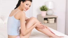 Zadbaj o piękne (i zdrowe) nogi LIFESTYLE, Zdrowie - Co roku w ciepłe dni marzysz o tym, by założyć krótką spódniczkę lub szorty, ale powstrzymują cię widoczne na nogach niedoskonałości? Nie jesteś sama – według badań aż 72% Polek skarży się na dolegliwości związane z niewydolnością żył kończyn dolnych, w tym żylaki. Nie znaczy to jednak, że jesteś skazana na noszenie ubrań o długości maxi. Obecnie dzięki nowoczesnym zabiegom o piękno swoich nóg, ale i zdrowie można zadbać w zaledwie 15 minut. Leczenie warto zaplanować właśnie teraz, w sezonie jesienno-zimowym. Dobrze też poznać przyczynę problemu, by zmniejszyć ryzyko, że powróci.