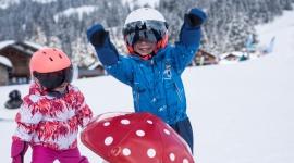 Pierwsze kroki na stoku Dziecko, LIFESTYLE - Ferie zimowe trwają w najlepsze! Stoki zapełniają się dziećmi w różnym wieku i o różnym poziomie zaawansowania. Zastanawiasz się, co powinieneś wiedzieć przed zabraniem dziecka pierwszy raz na narty? Przygotowaliśmy dla Ciebie kilka cennych porad.